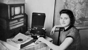 margarita-evseevna-kopylova-vozle-kombajna-radio-i-tv-sdelannogo-muzhem-1954-sverdlovsk
